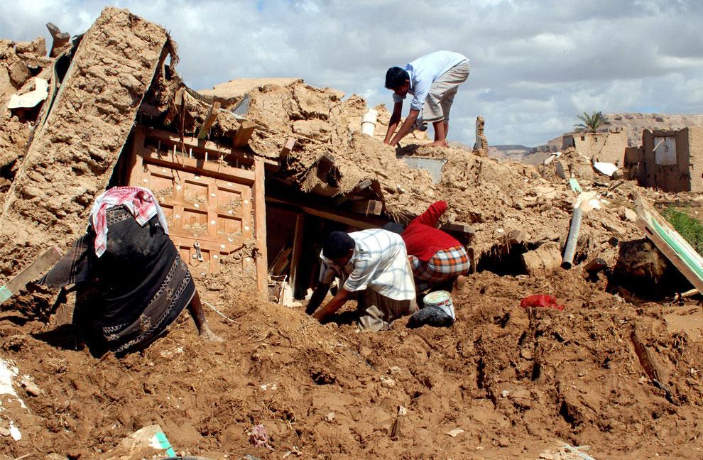 Йеменская семья разбирает завал дома, Йемен, фото