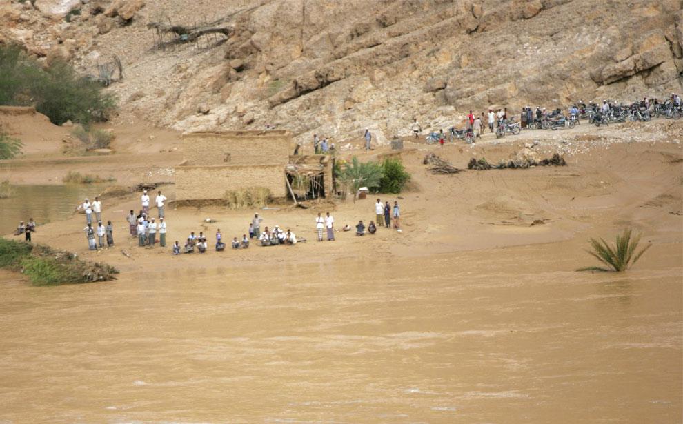 жители у размытых наводнением дорог, Йемен, фото