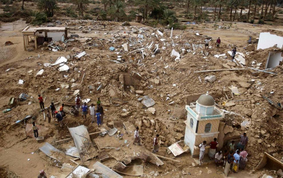 разрушенные дома в районе, Йемен, фото