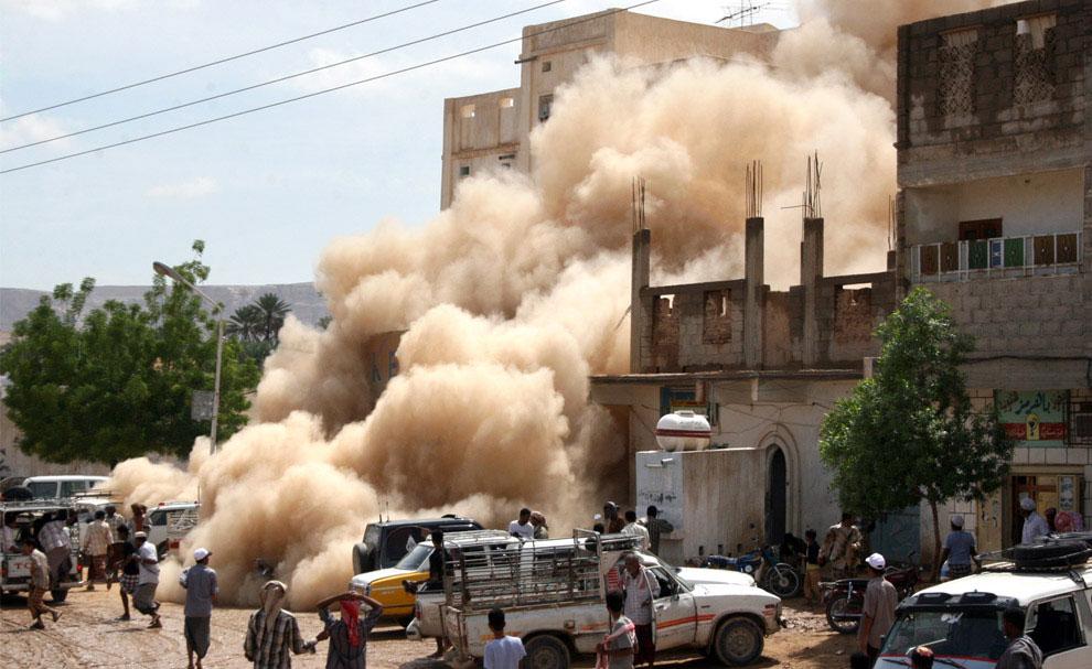 рушится дом после паводков, Йемен, фото