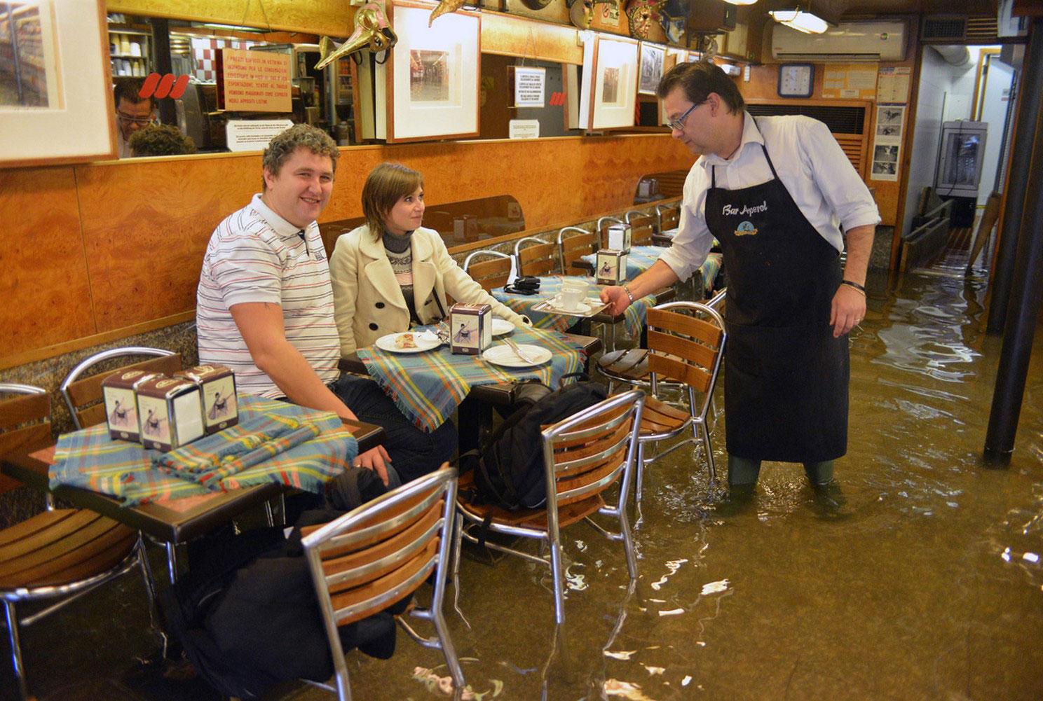 кафе в паводковых водах