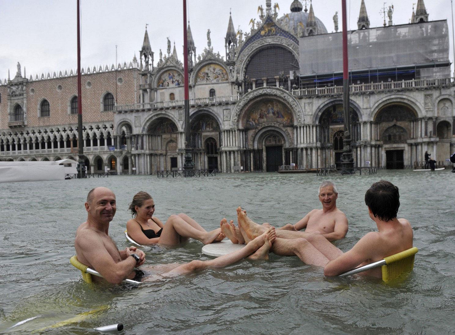 люди за столиками на площади в наводнение