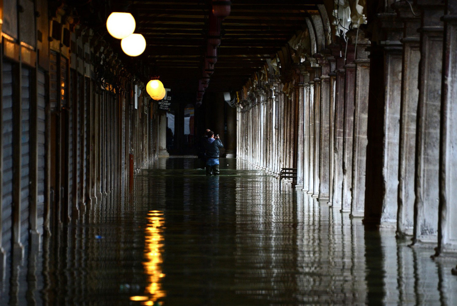 туристы фотографируют наводнение в Венеции
