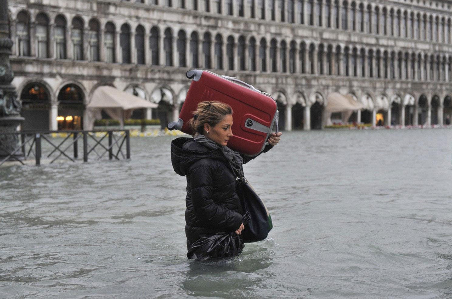 туристы уезжают из затопленной Венеции
