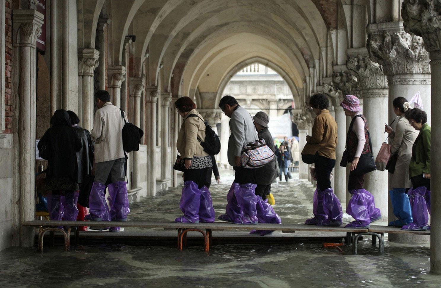 туристы спасаются от наводнения в Италии