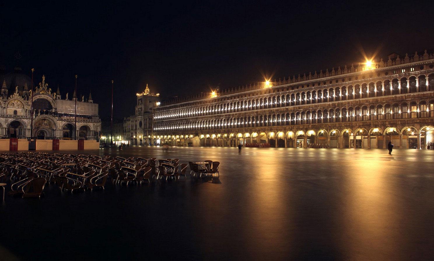 Площадь Сан-Марко ночью в воде, фото