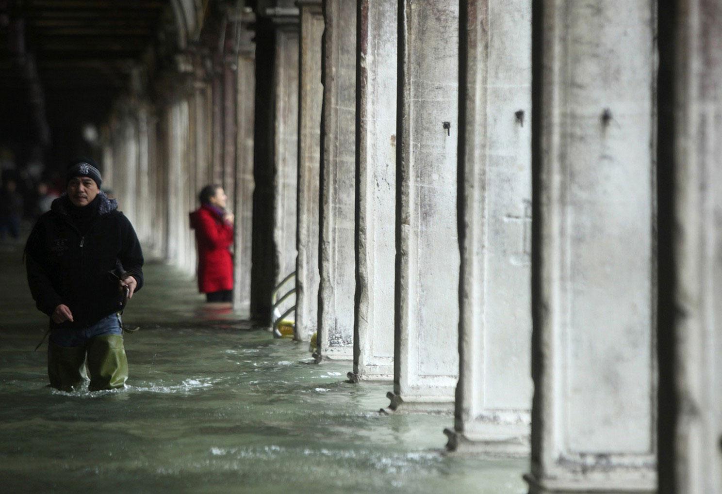 растет уровень воды в Венеции