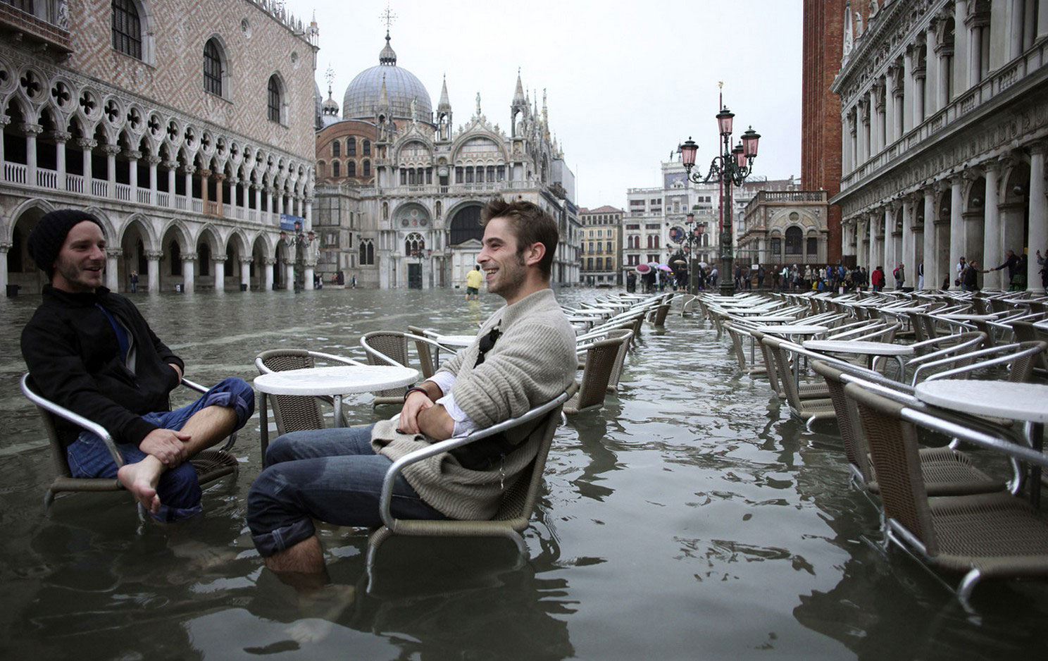 Туристы в паводковых водах, фото