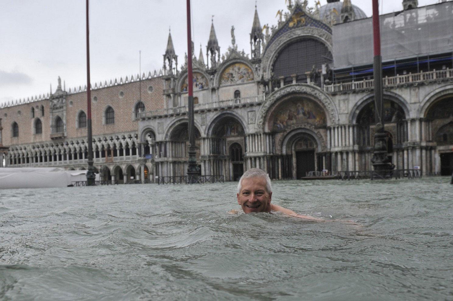 мужчина купается на центральной площади Венеции