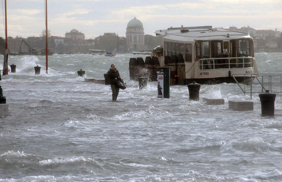 Женщина в затопленной Венеции, фото