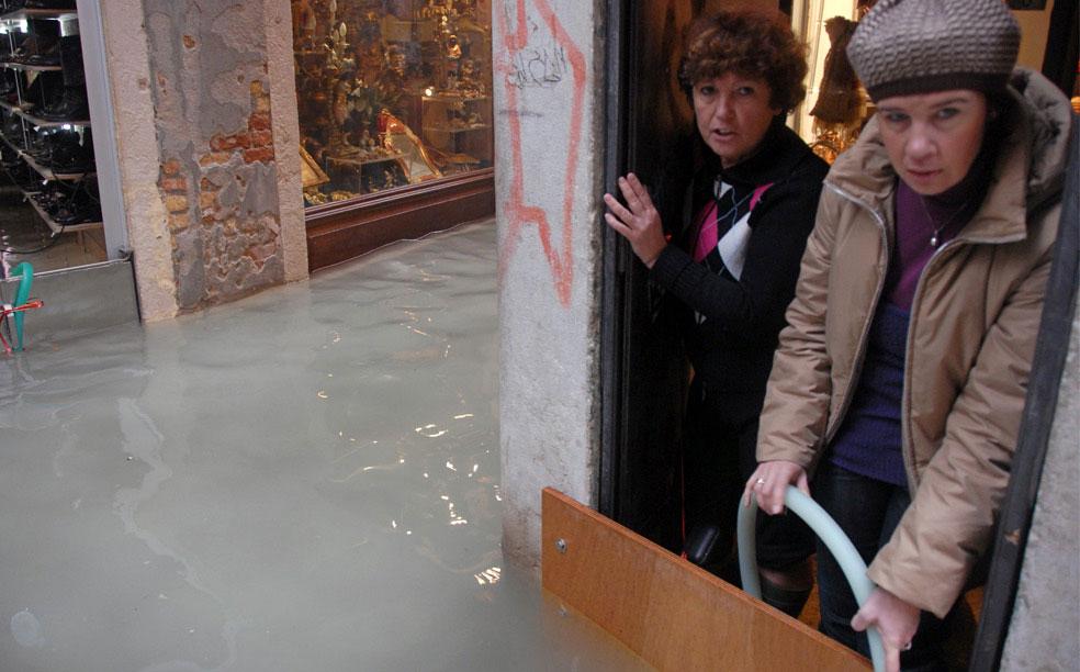 затопленные магазины в Венеции, фото