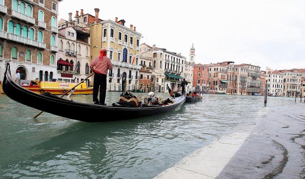 Гондолы в паводковых водах в Венеции, фото