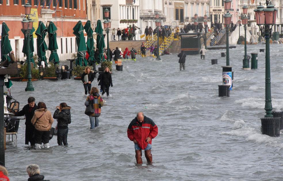 затопленная набережной Большого канала в Италии, фото