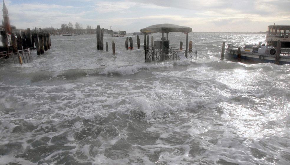 затопленный док в одном из районов Венеции, фото