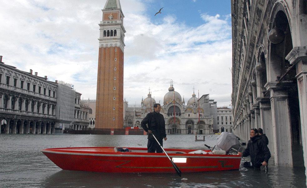 люди на лодке в одном из районов Венеции, фото