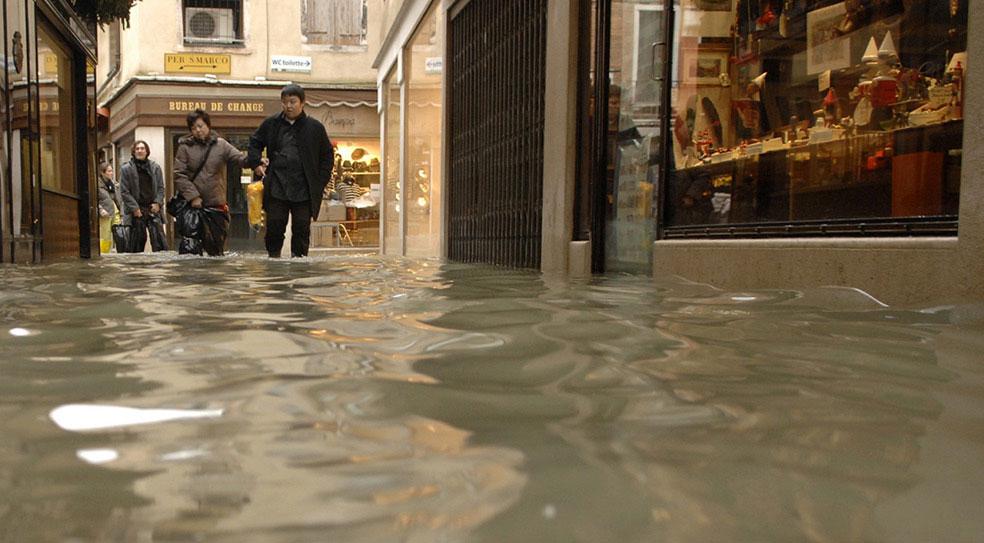 туристы в затопленной Италии, фото