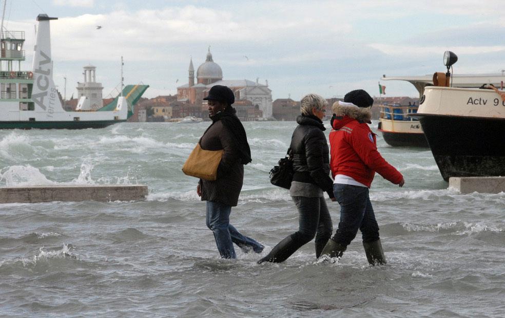 люди на затопленной тропинки в Венеции, фото