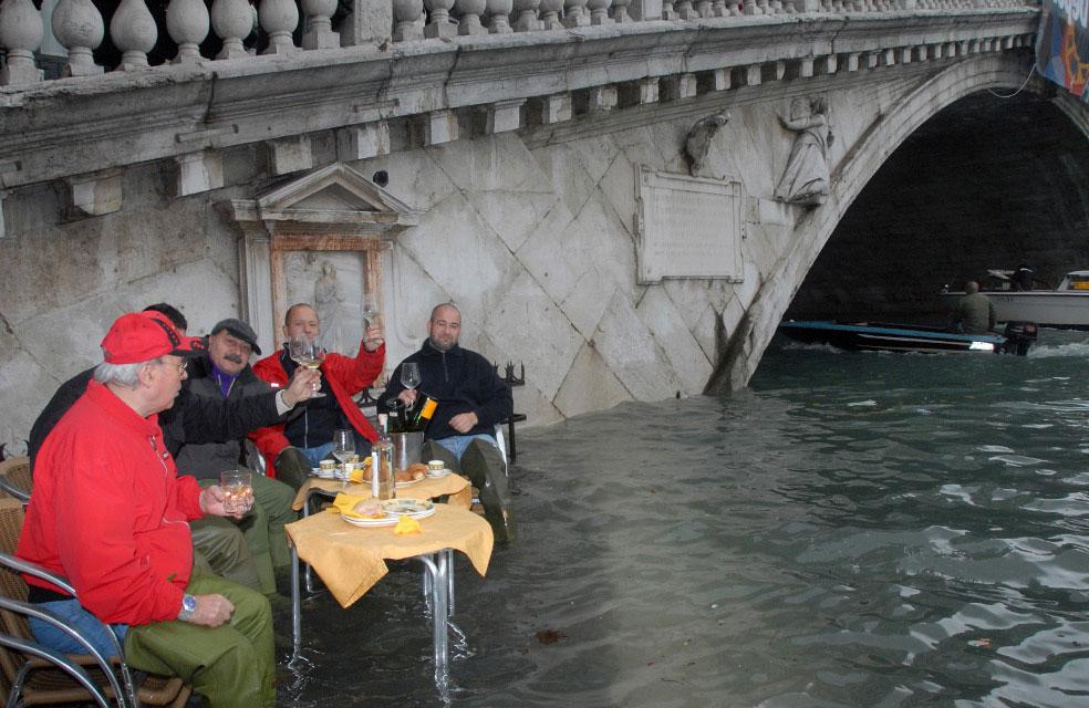 кафе в затопленной Венеции, фото