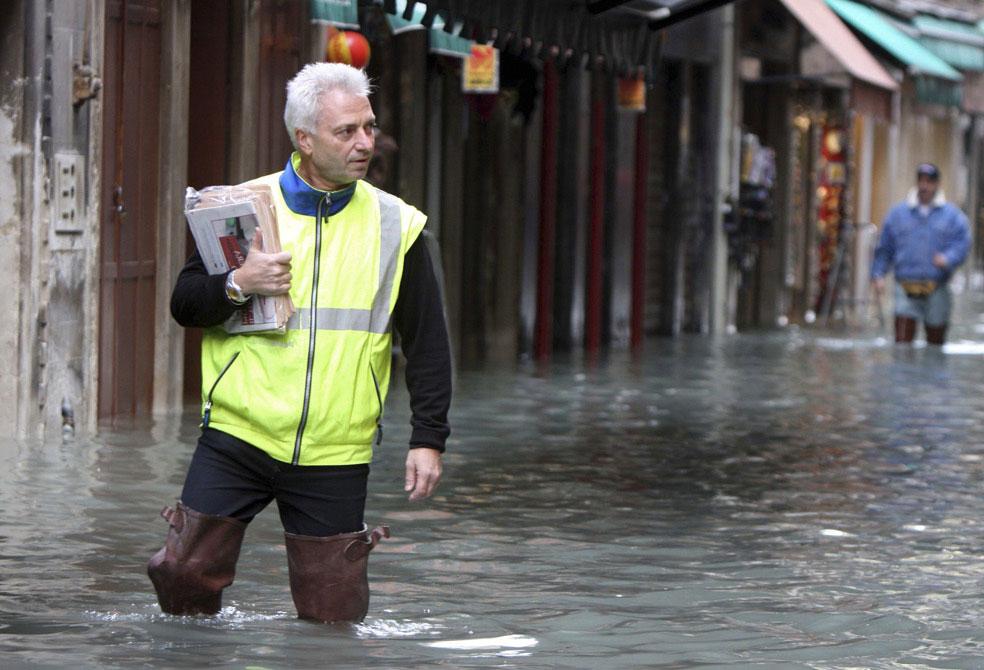 почтальон в паводках, Венеция, фото
