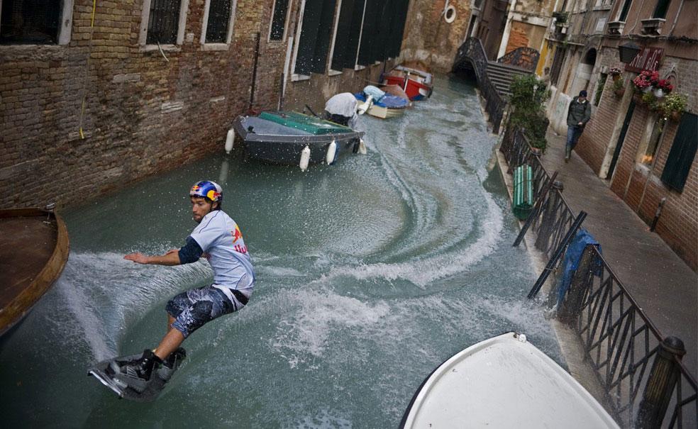 мужчина на вейкборде вдоль канала, Венеция, фото