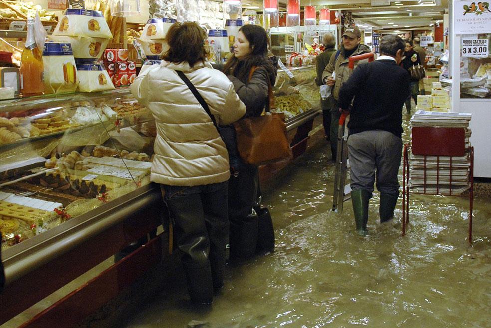 покупатели в магазине, Венеция, фото