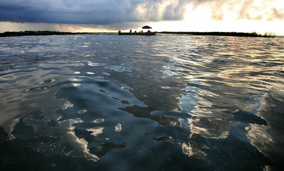 Нефтяное пятно на поверхности воды