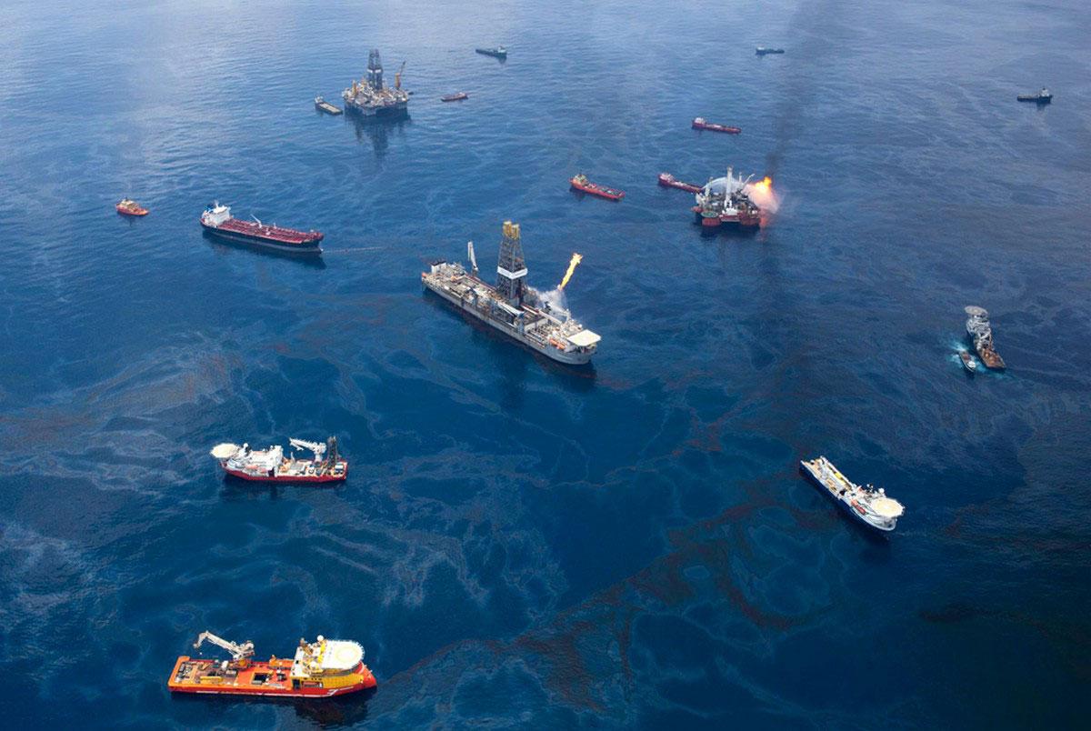 корабли возле нефтяной вышки