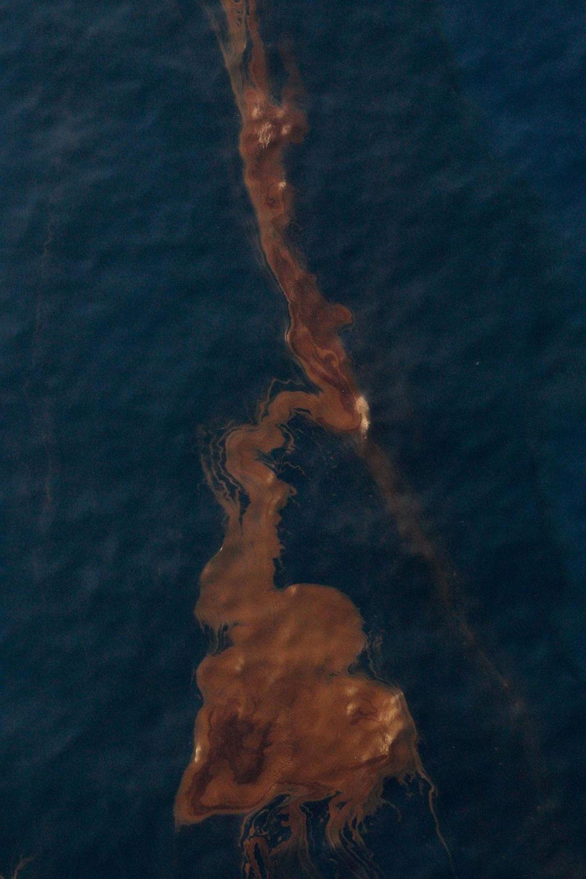 затонула нефтяная вышка