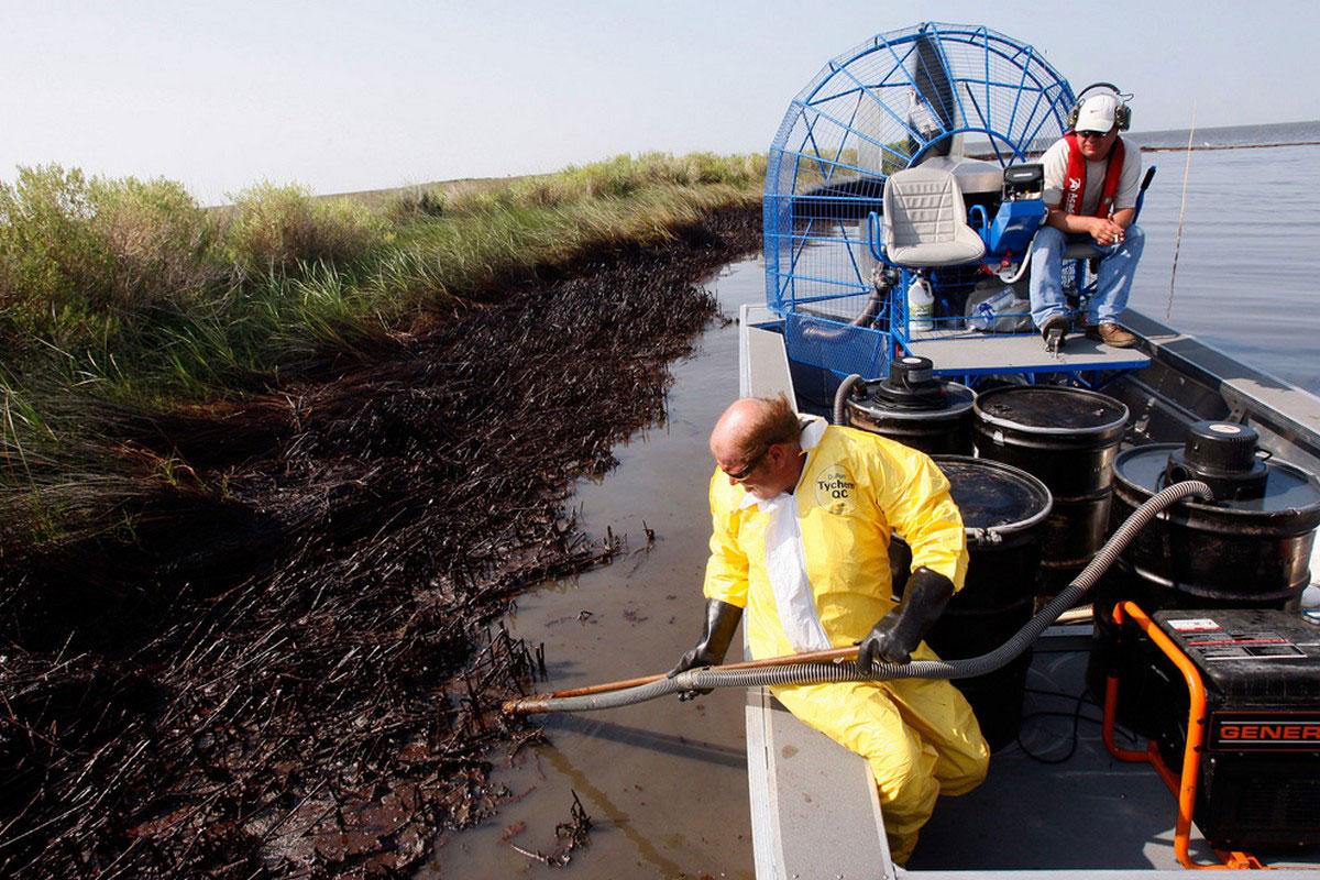 Сбор нефти в бухте