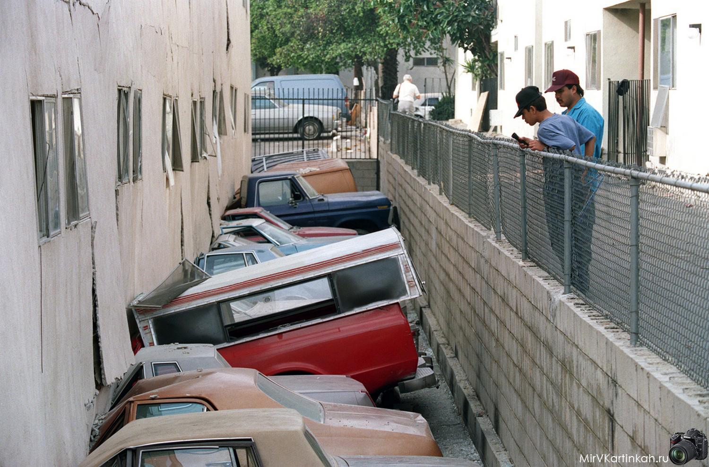 здание упало на парковку