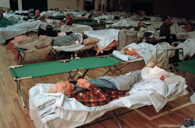 люди спят на раскладушках