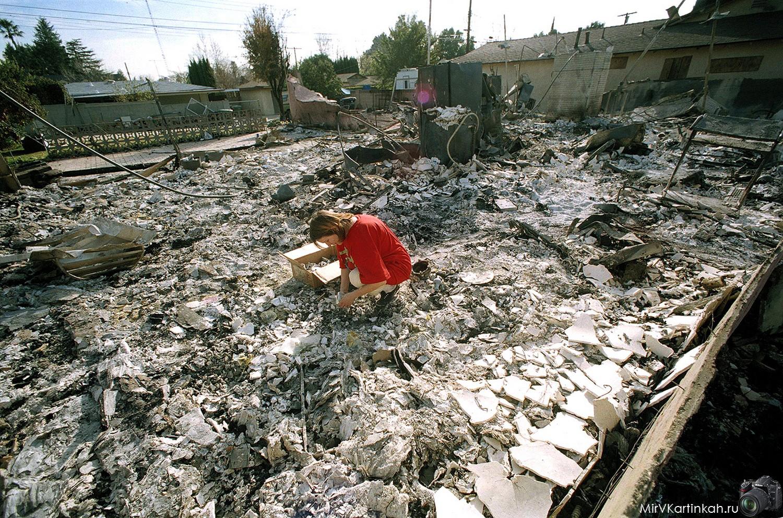 женщина на руинах дома