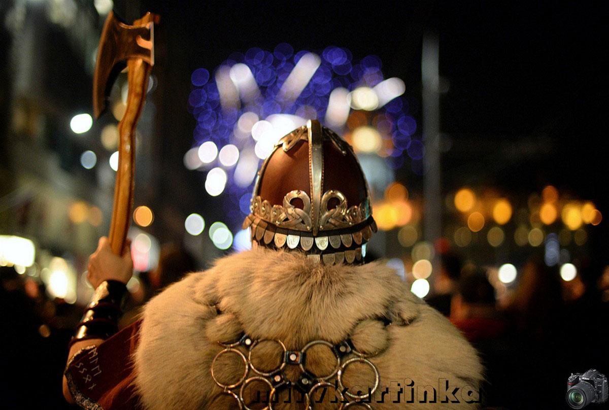 Мужчина в костюме викинга