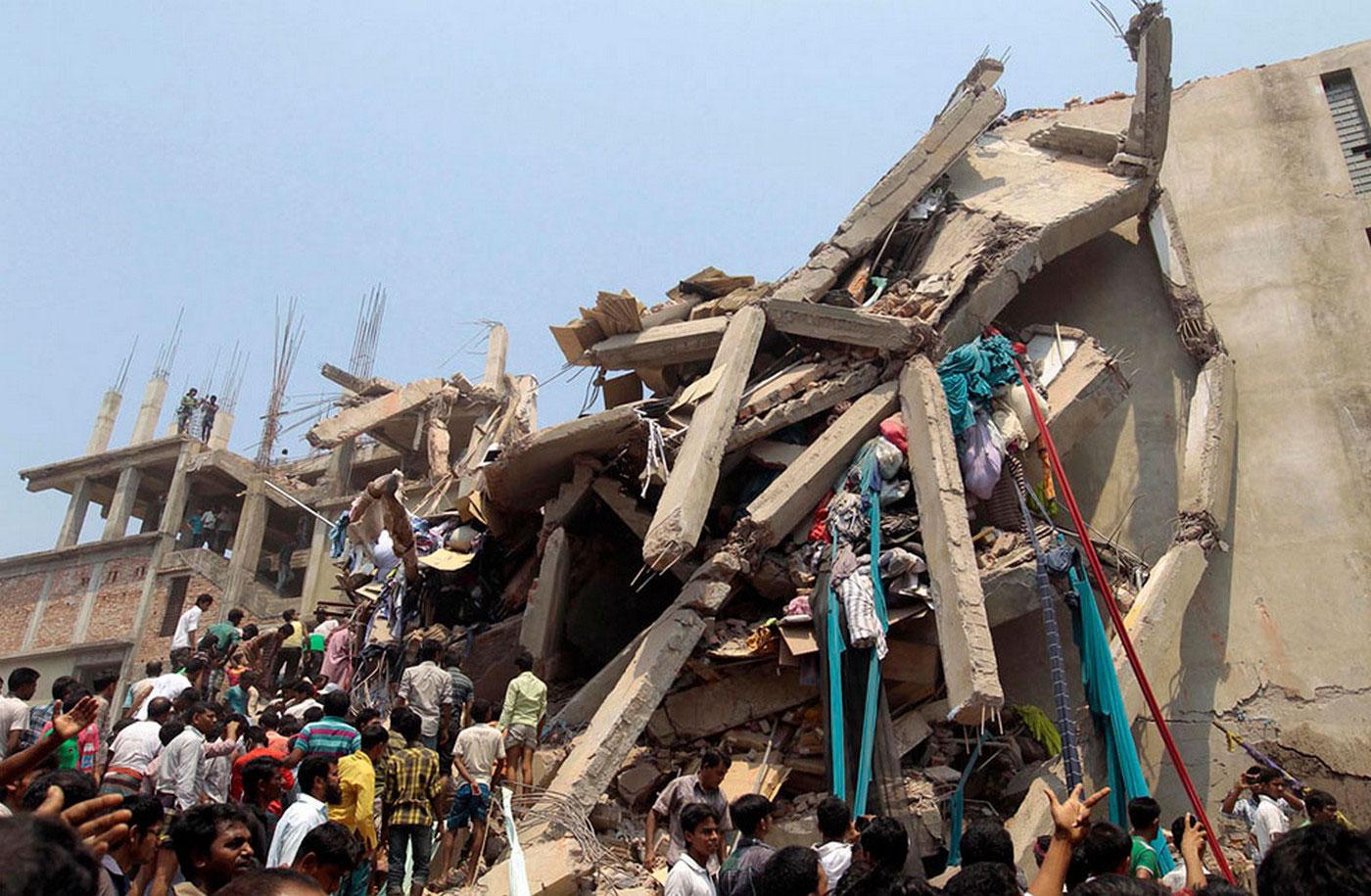обрушившееся здании фабрики