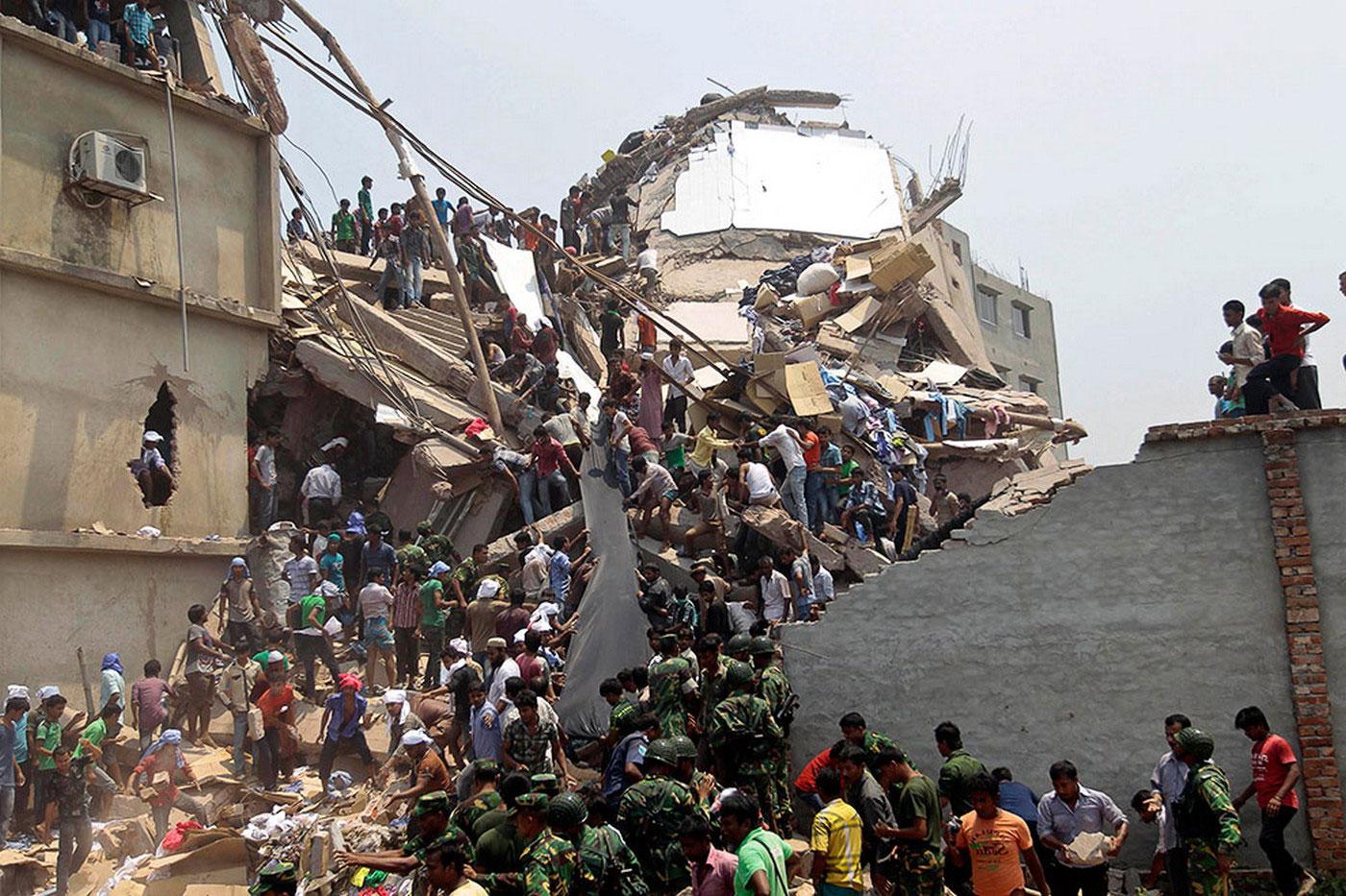 спасатели в поисках пострадаших