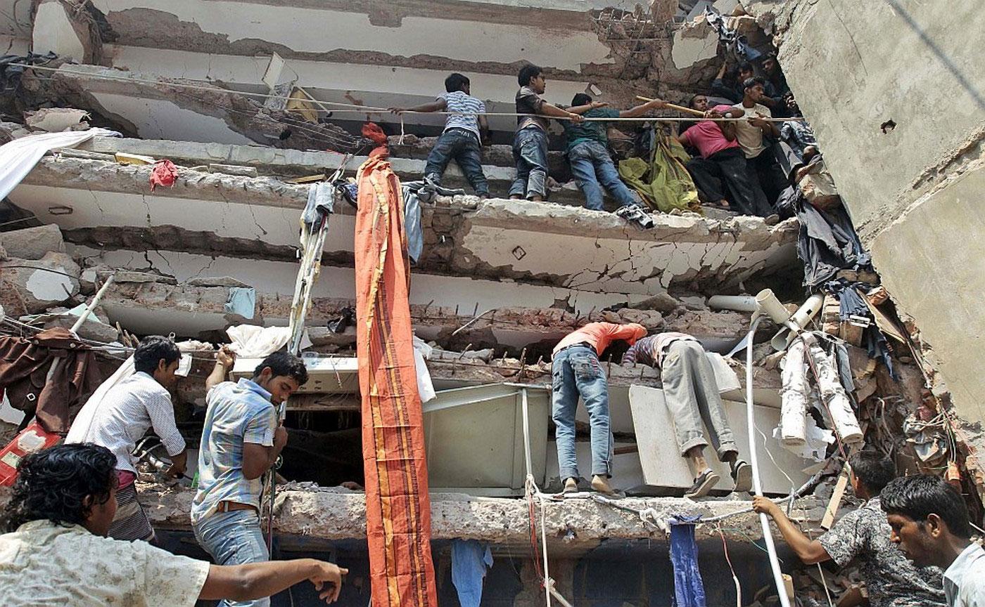спасатели на месте обрушения фабрики