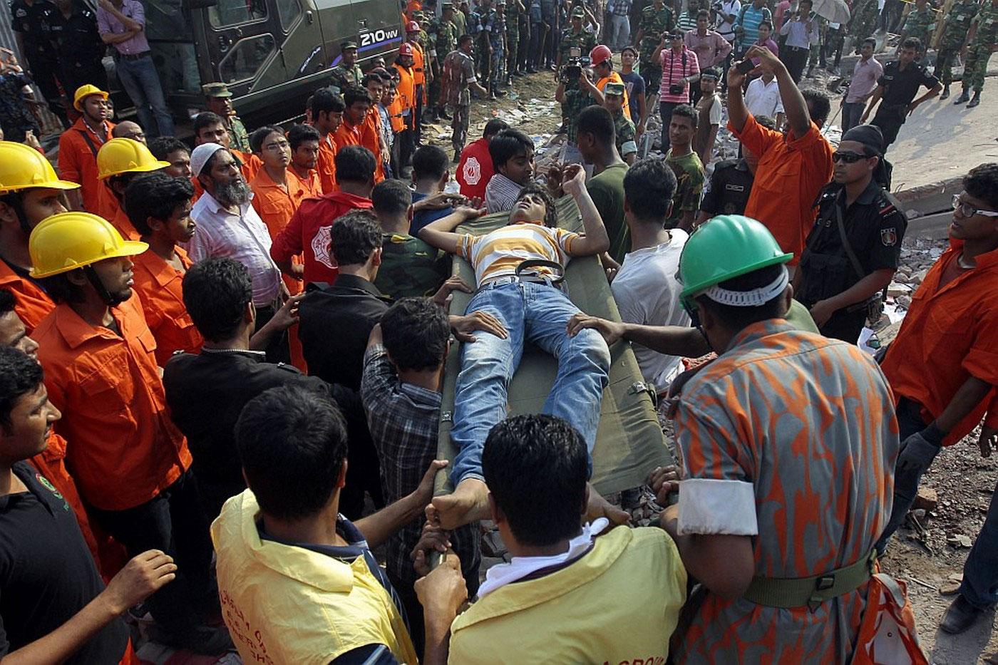 раненый мужчина на носилках