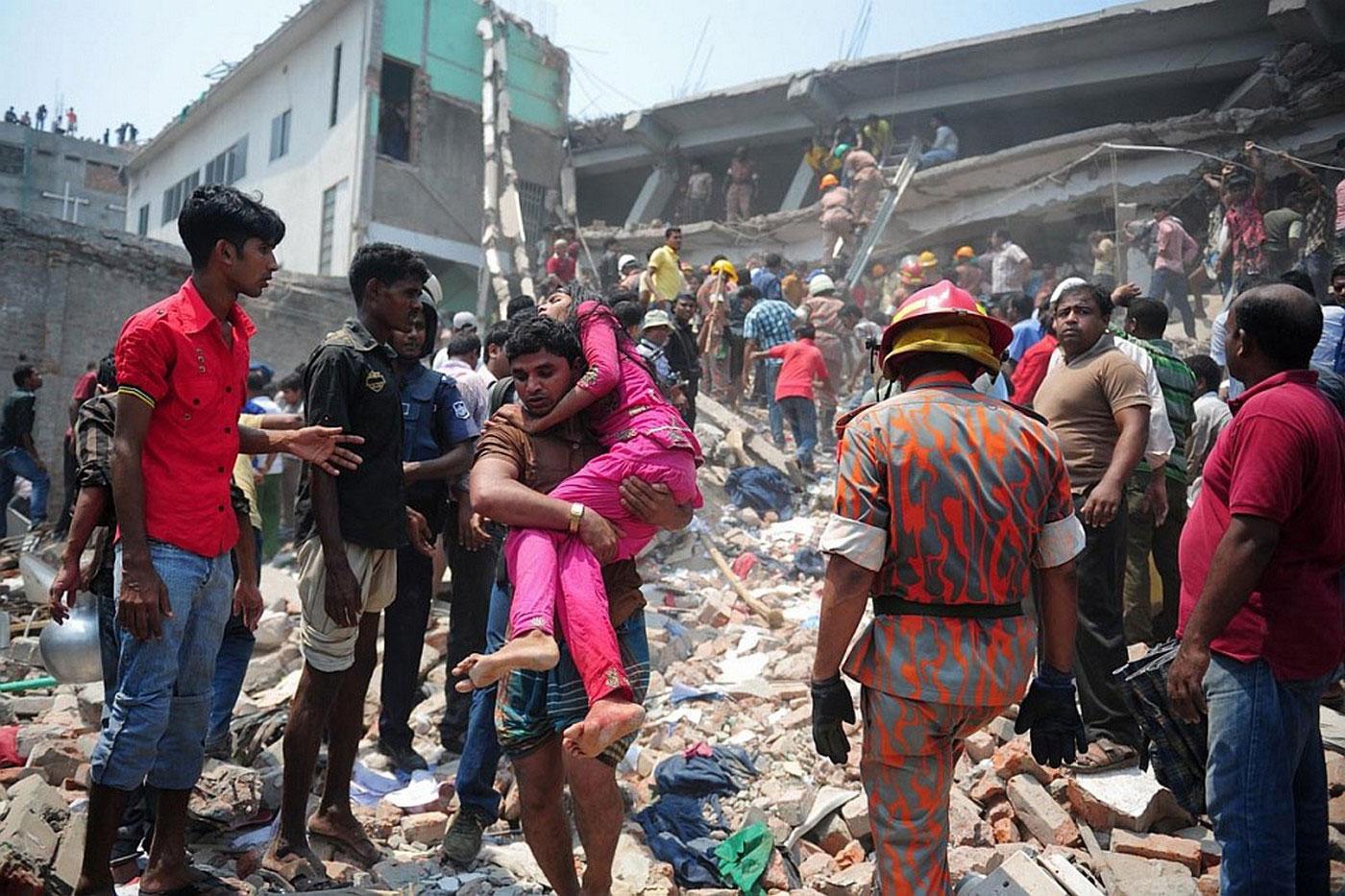 пострадавшую выносят из завалов