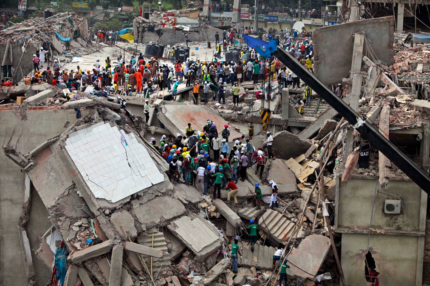 спасатели на месте обрушения здания