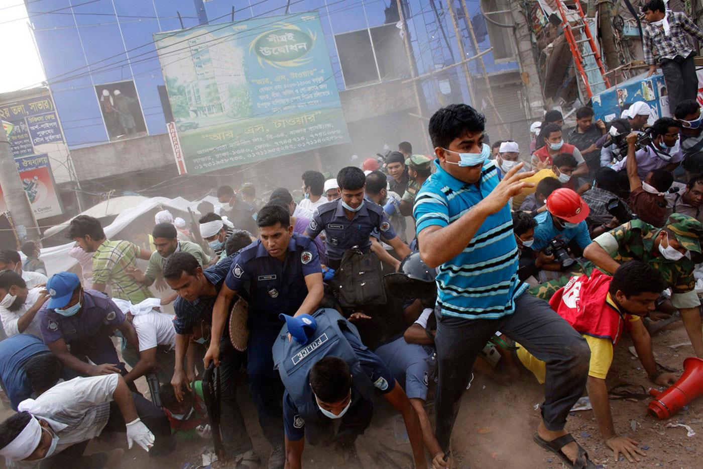 люди бегут от падающего здания