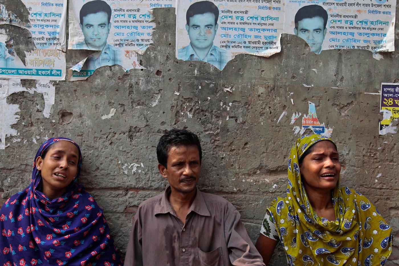 Люди ждут известий о своих родственниках