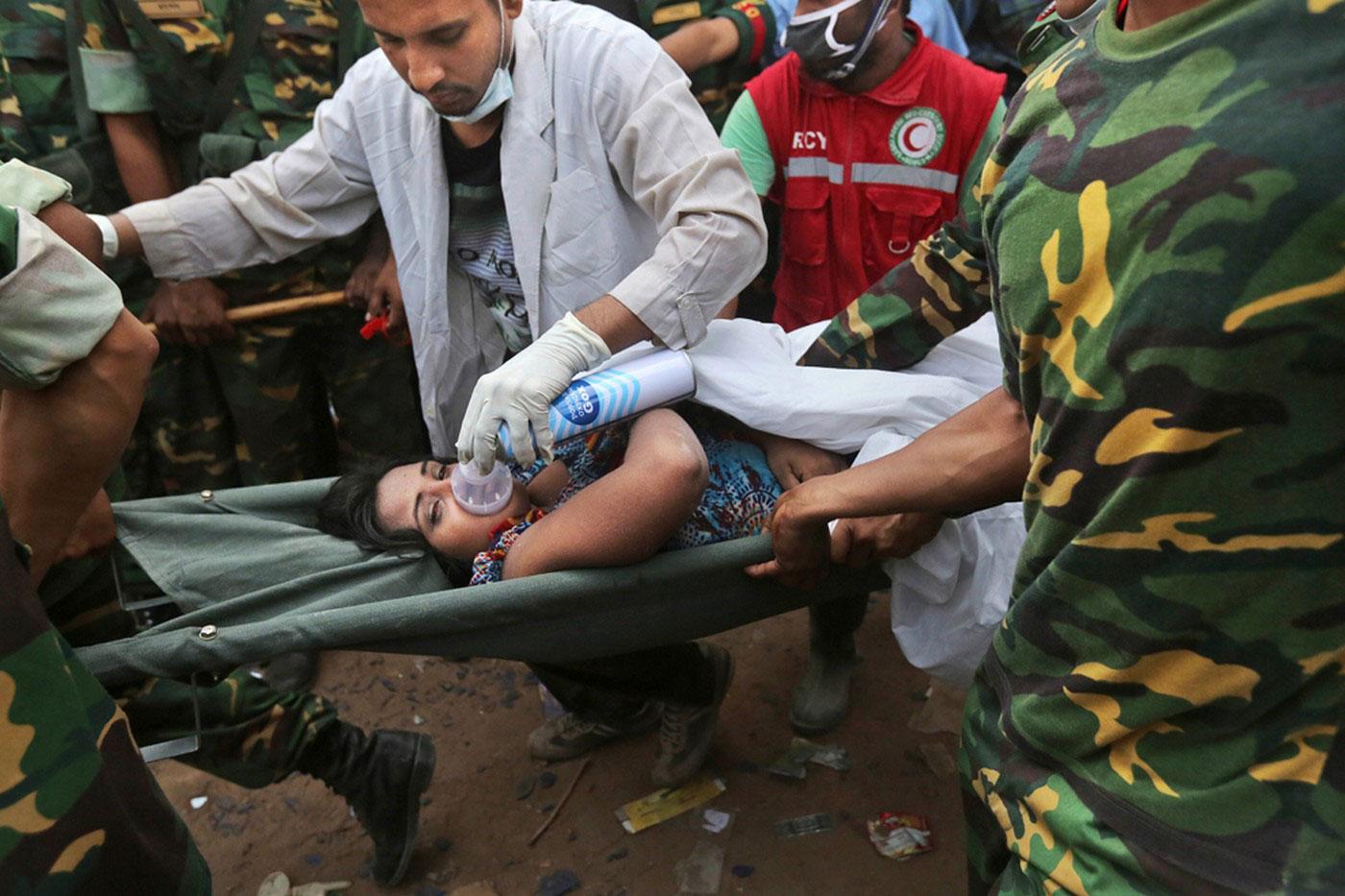раненая женщина на носилках