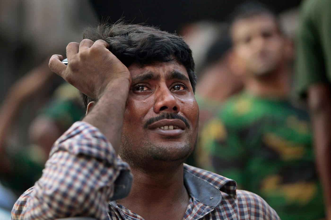мужчина плачет на месте трагедии