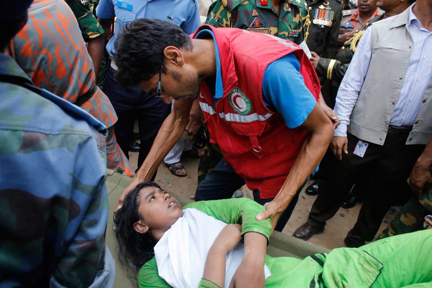 спасатель утешает девушку