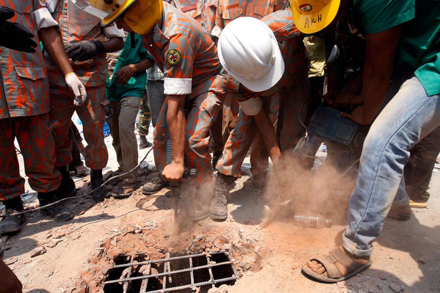 спасатели разбирают плиты здания
