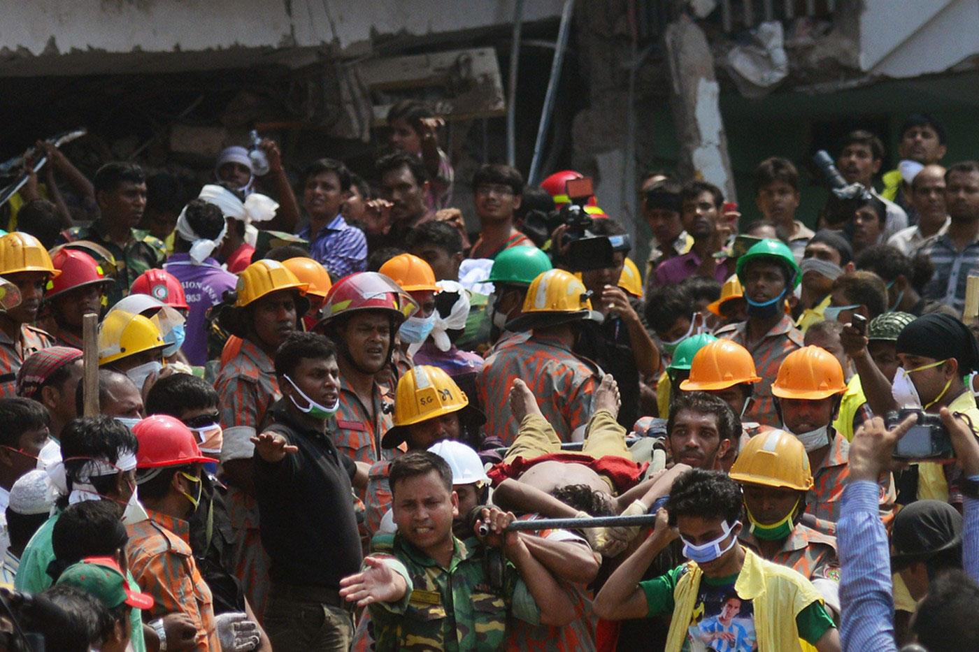 Пожарные выносят тело погибшего
