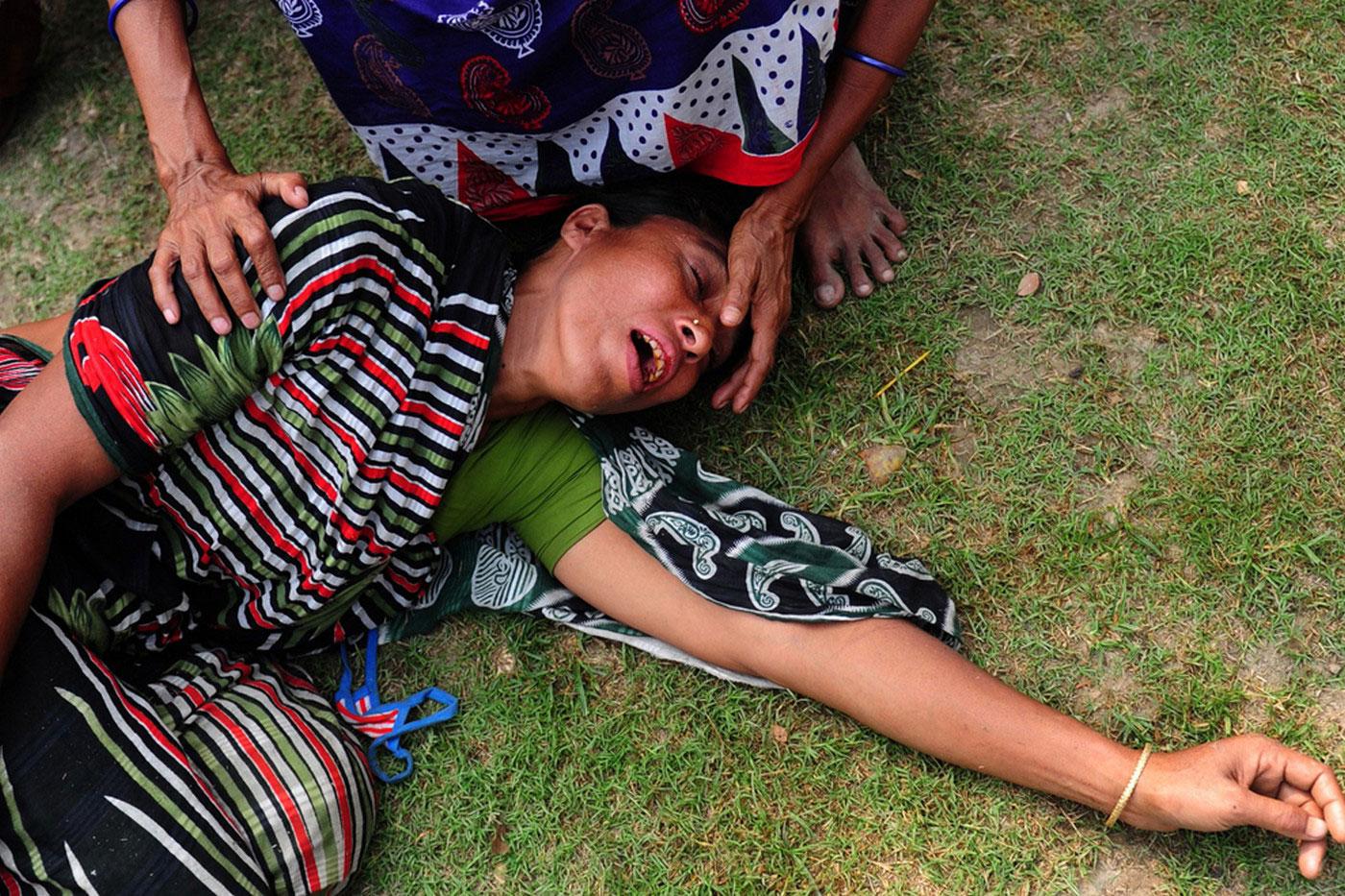 женщина без сознания на траве