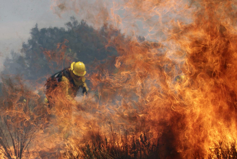 пожарник за тушением огня