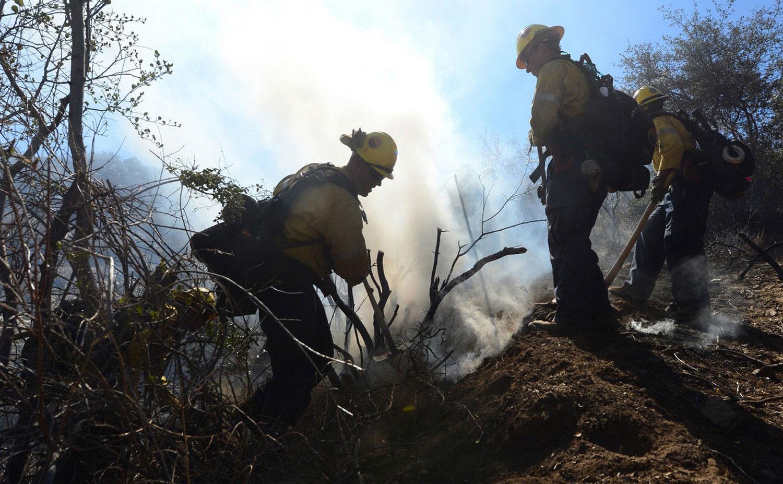 пожарные ликвидирует возгорание