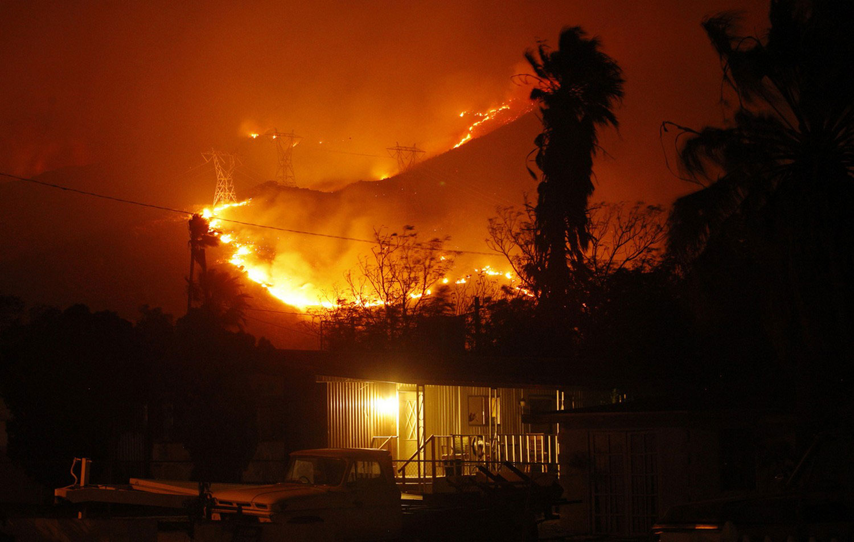 дом объят пламенем
